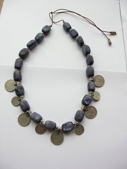 Náhrdelník z kamínků zdobený mincemi - SLEVA!!!
