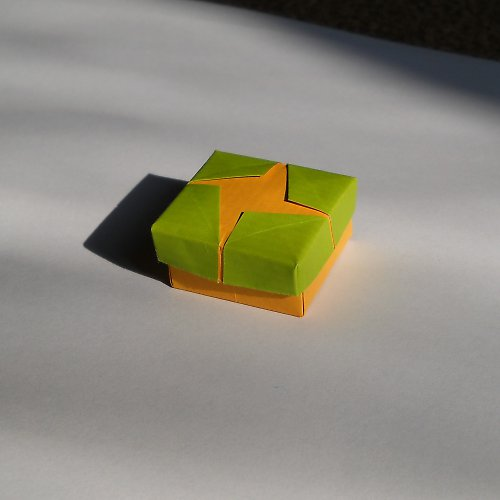 Origami krabička s křížem - žluto-zelená