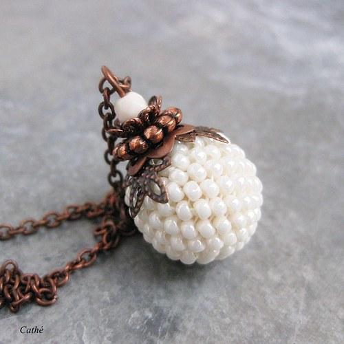 Krémový s perleťovým leskem