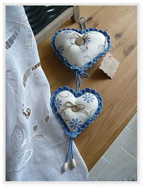 Dekorační závěs ze srdíček - modrý kvítek