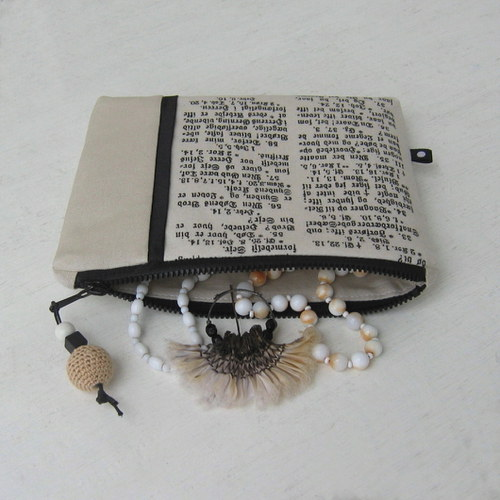 Taštička s gotickým písmem