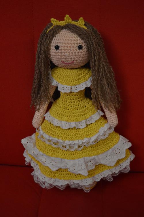 Háčkovaná panenka ve volánkových šatečkách