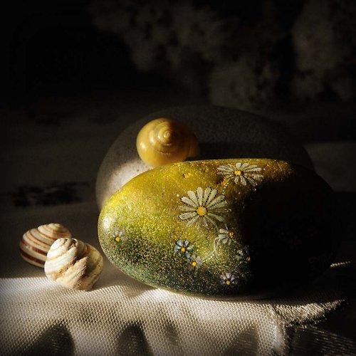 Malovaný kamínek-louka