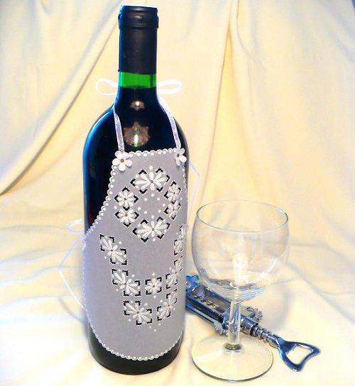 136. Zástěrka na láhev vína