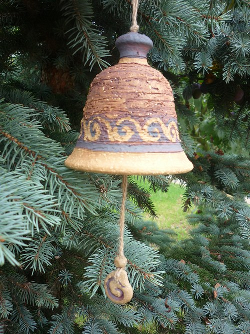 Keramický zvon -s ulitami-červený-12cm