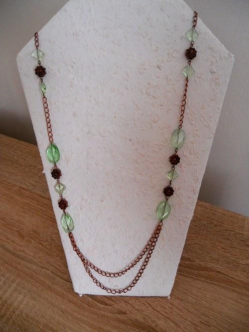 Dlouhý náhrdelník z řetízku  a skleněných korálků