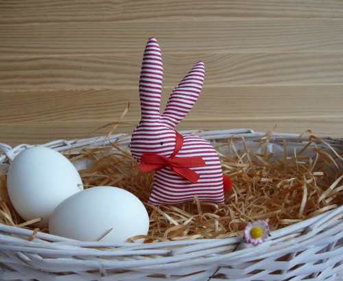 Zajíček - červenobílý úzký proužek, červená mašle