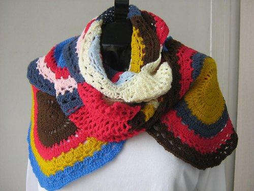 Háčkovaná barevná šála
