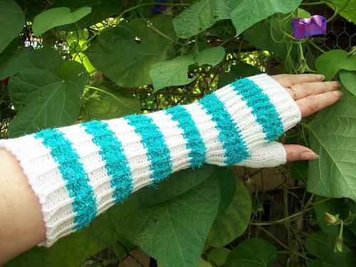 Pletené pruhované návleky na ruce