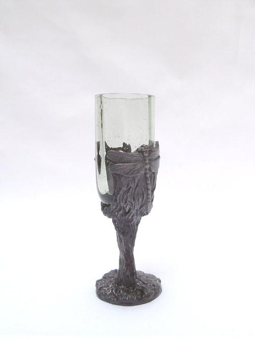 likérová sklenička s motivem vážky