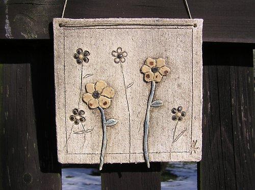 Keramická kachle  s květinovým motivem - béž