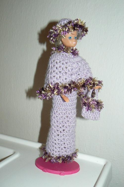 Háčkované šaty s pelerýnou, kloboučkem a kabelkou