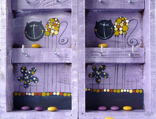 věšák na klíče s alarmem - fialový s kočkou