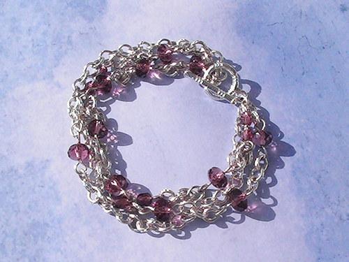 SLEVA-Náramek s fialovými korálky a s náušnicemi