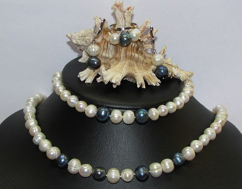 Stříbrná souprava z perel.