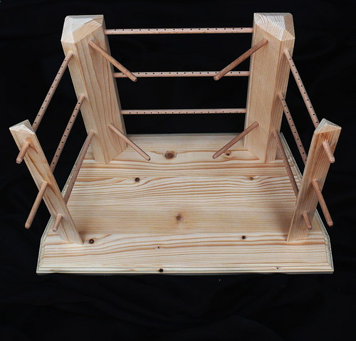 Dřevěný stojan na šperky se širokou základnou