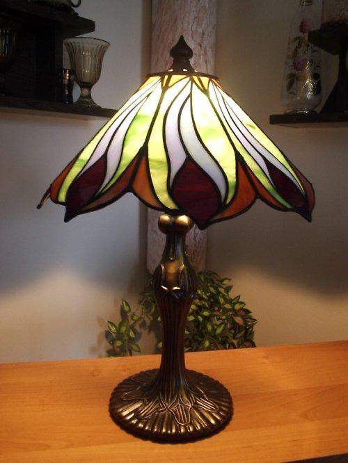Tiffany lampa s motivem pavích per