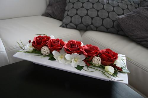 Tác s růžemi a orchidejemi v červenokrémové