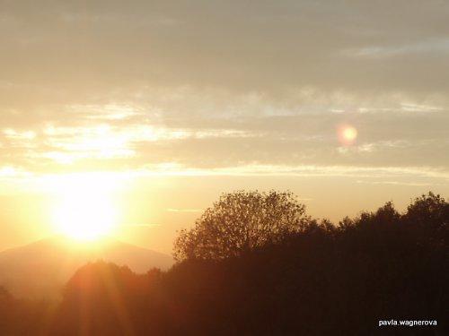 Zapadá slunéčko za vysoků horu...
