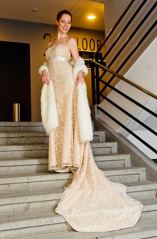 Krajkové svatební šaty s vlečkou
