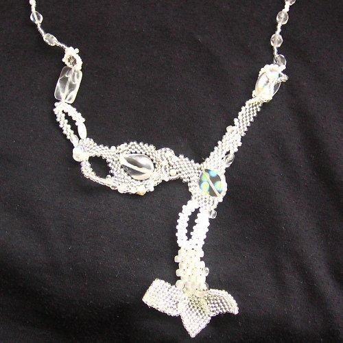 Bílý free form náhrdelník