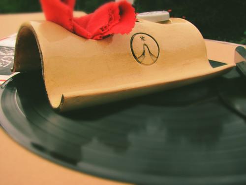 Stojánek ke gramofonu - vinyl rulez