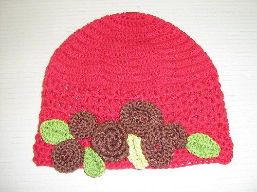 červená háčkovaná čepice