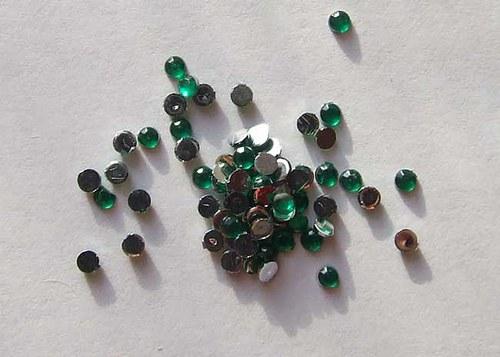 Kamínky puntíky tmavě zelené 40 ks, průměr 2mm