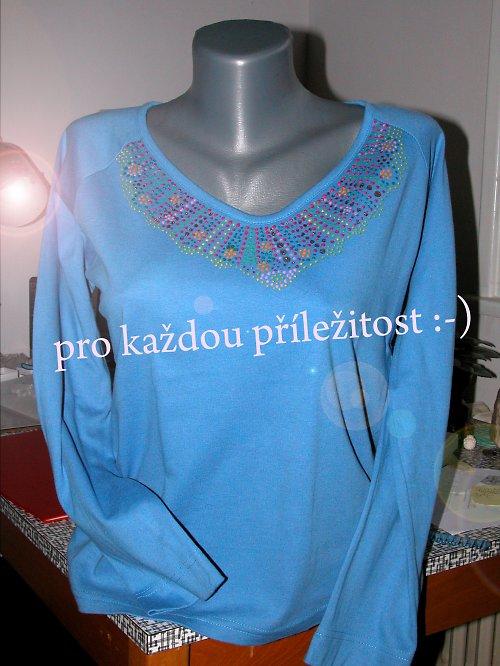 modré tričko s puntíky na křivo :-)