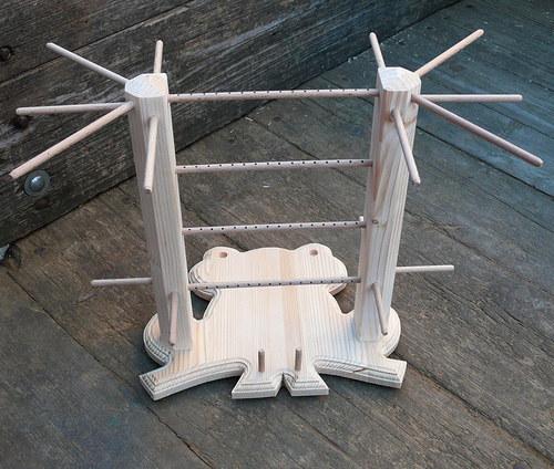 Dřevěný stojan na šperky ve tvaru žáby