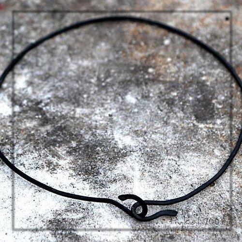 Ručně kovaná obruč na zavěšení šperku