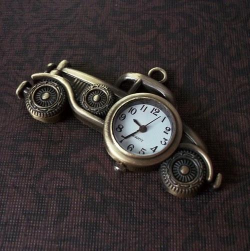 Krásné hodinky - starodávný automobil