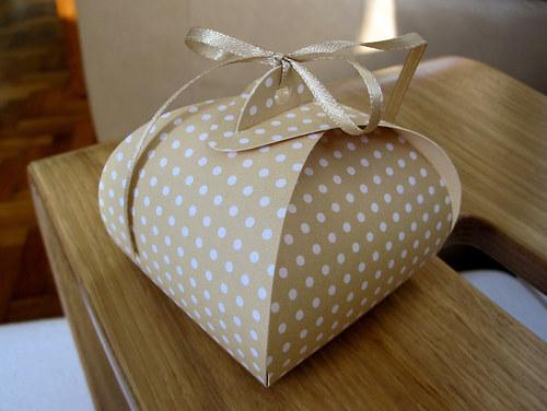 Dárková krabička ... béžová s puntíkem