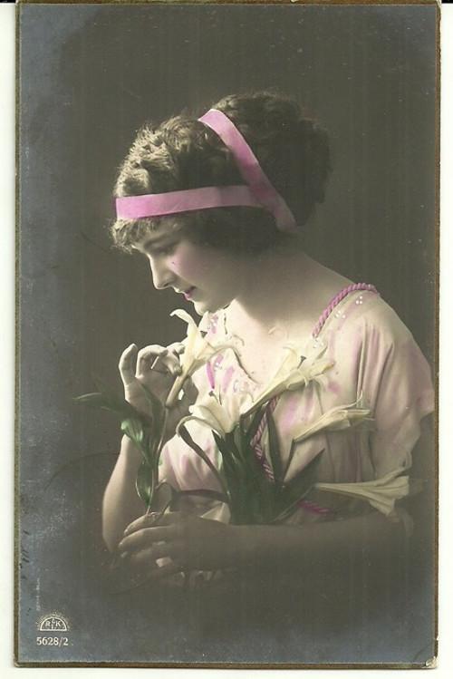 Umělecká pohlednice žena s drdolem