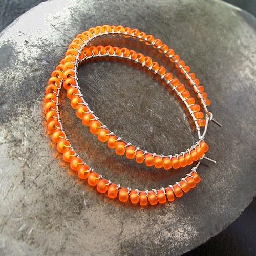 V zářivém oranžovém kruhu