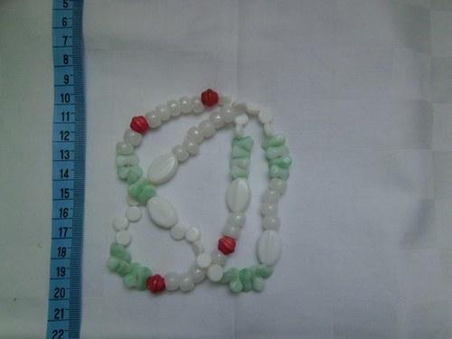 Bílo zelený náramek s několika růžovými korálky