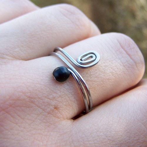 Prstýnek s černým skleněným kamínkem