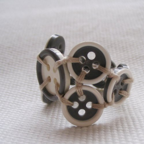 Knoflíkový prstýnek šedobílý úřednický