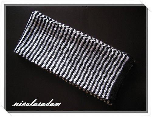 Černobílá pruhovaná šála