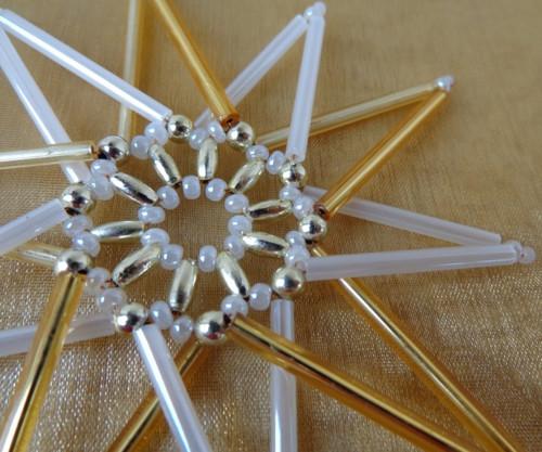 Vánoční hvězdička leskle zlatobílá