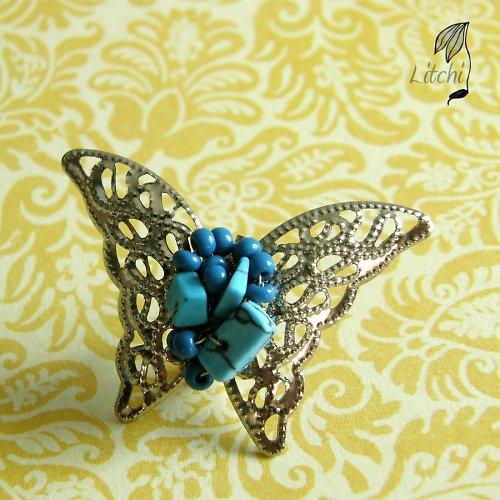 motýl obtěžkaný tyrkysem