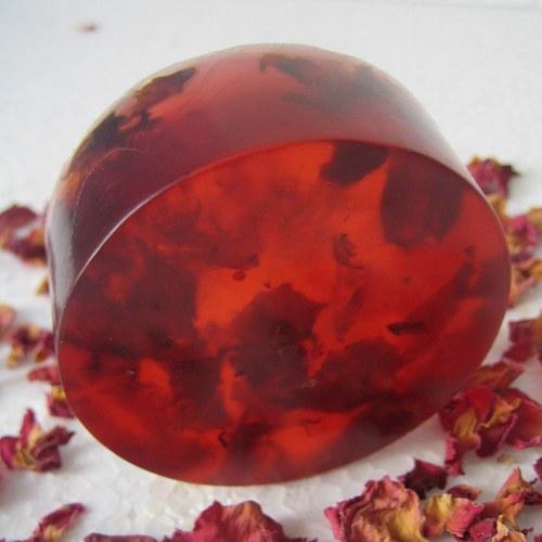Mýdlo s mandlovým olejem a plátky růží
