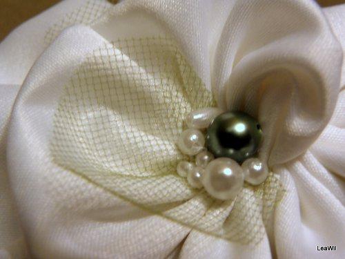 Bílá růže se zeleným perlením