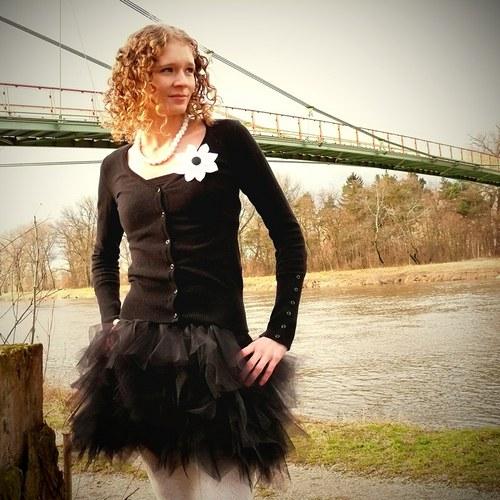 Černá tylová sukně - cípatá