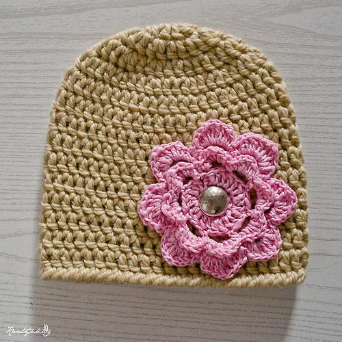 Béžová čepička s růžovým květem