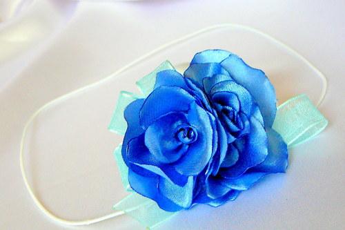 Čelenka s růžemi.