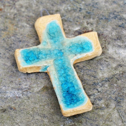 Křížek, zalitý tyrkysovým sklem