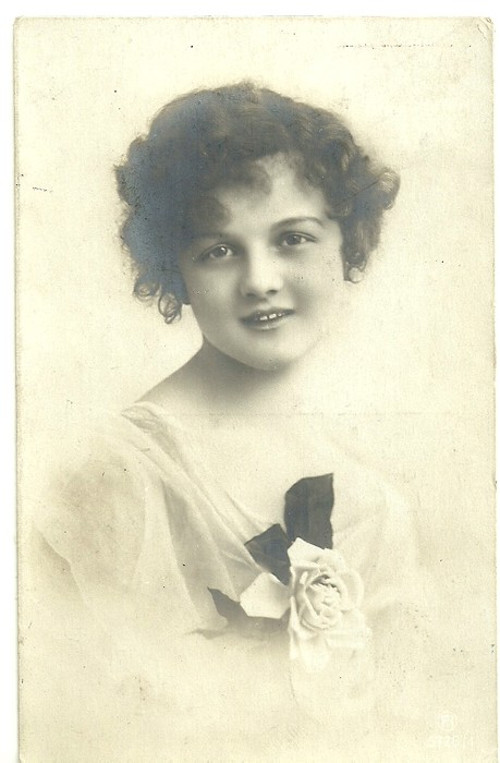 Umělecká pohlednice dívka s růží