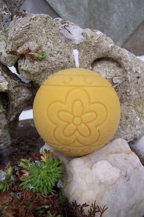 Svíce koule 100% včelí vosk Kytka