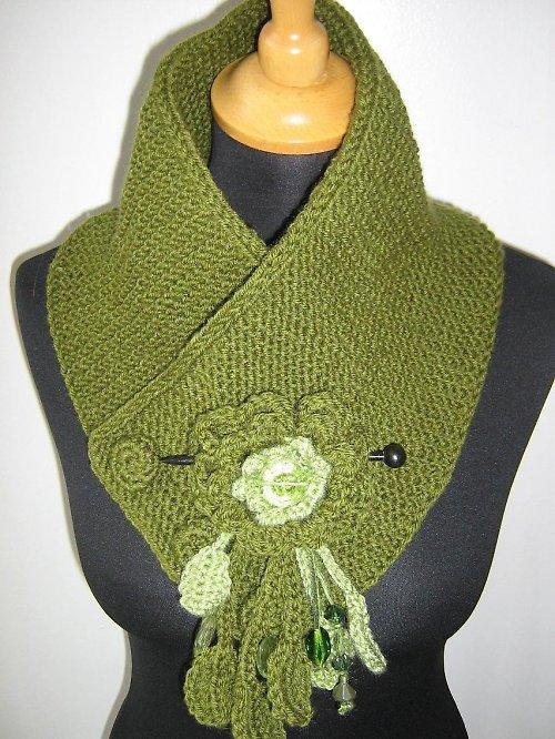 Zelený nákrčník se sponou